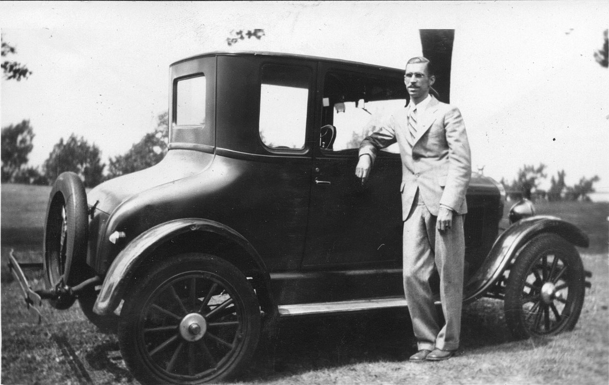 Bliley_F.D._Standing_by_1926_Ford-LRG.jpg